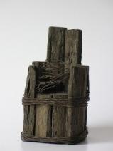 Broedstoel (hout en binddraad hoogte ca 15 cm)