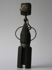 Eenoog (hout steen ijzer hoogte ca 35 cm)